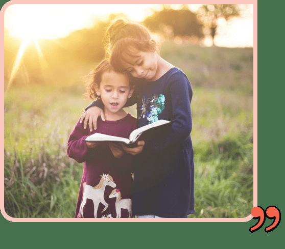 deux petites filles lisent un livre