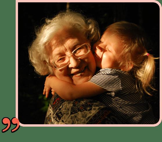 une petite fille fait un câlin a sa grand mère